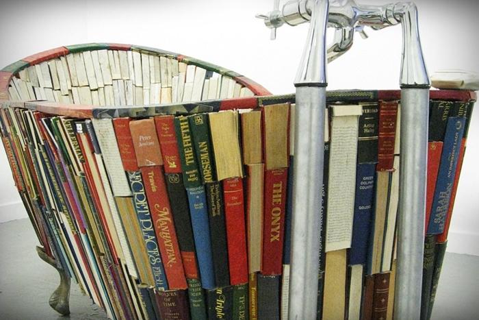 Bath-of-Knowledge-una-vasca-fatta-di-libri-opera-di-Vanessa-Mancini-4
