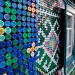 Dettaglio mosaico con tappi di bottiglia