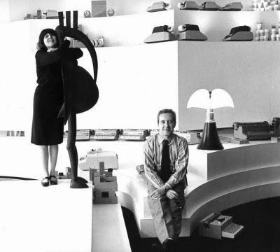 Lampada Pipistrello nel negozio Olivetti di Parigi. Gae Aulenti e Giorgio Soavi.