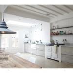 Cucina ideata da Jamie Blake in un'abitazione londinese a schiera, colori e tonalità ispirati alla campagna inglese.