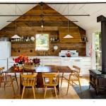 Sauvie Island, tipico cottage americano dove la designer Jessica Helgerson ha creato un ambiente caldo, rustico, attento ai dettagli. In stile vintage la grande stufa che riscalda l'ambiente.