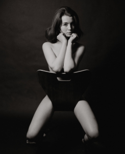Christine Keeler sulla sedia serie 7