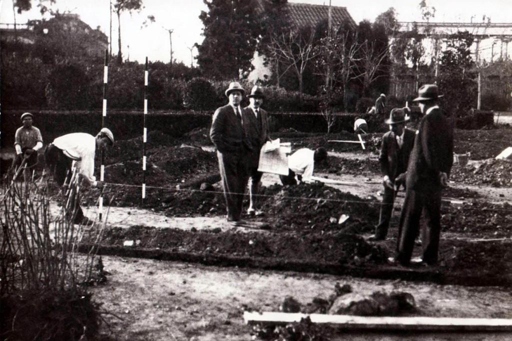 Mies-Van-Der-Rohe-al-centro-della-foto-con-i-suoi-collaboratori-durante-il-tracciamento-delledificio-nel-1929